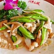 ユリ科の植物「金針菜(きんしんさい)」は、中華料理ではよく使う食材のひとつです。シャキシャキとした食感で栄養もたっぷり。クセが少ないので、あっさりと召し上がっていただけます。
