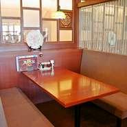 各種ご宴会にご利用いただける個室をはじめ、夜景の見えるカウンター席など、多彩な席をご用意しています。中国の風が感じられる店内で、とっておきのひとときをお過ごしください。