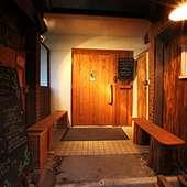 オレンジの看板が目印です。木製のドアを開けてお入り下さい!