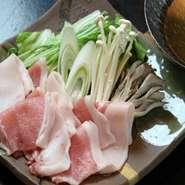 鯵ヶ沢の長谷川自然牧場の熟成ポークのしゃぶしゃぶ、脂身が甘く、とてもおいしいお肉です!!