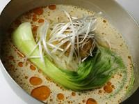 ゴマの風味が香る濃厚スープにピリリとした辛味がアクセントに。人気の冷麺。