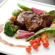 牛ホホ肉をマルサラ酒とワインに一晩漬込み、じっくり煮込んだスペシャリテ