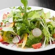 いろいろな野菜をふんだんに使用したサラダです