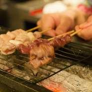 銘柄を選び抜いた鶏肉はすべて新鮮な朝びきで、生でも食べられるほど。こちらの店は、新鮮な鶏肉の風味を存分に味わえるよう、焼き方は炙る程度のレアが基本です。もちろん希望により、火の通りを調節できます。