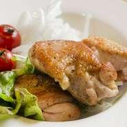 チキンステーキは、特製スパイスのたれに漬け込んで焼き上げます。人気の一皿です。