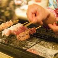 お客様のほとんどがオーダーする紀州備長炭の焼き鳥が看板商品。沖縄の海塩「ぬちまーす」など5種類の塩をブレンドした、オリジナルの炒り塩で味付けしている。ほとんどレアで楽しめる『白レバー』がいちおし。