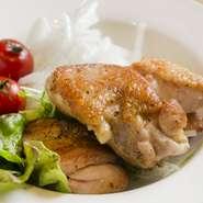 大山鶏を特製のスパイスたれに漬け込んだチキンステーキ『SSS(スパイシースペシャルチキン)』も人気。鶏の足を8時間以上に煮込んだ『コラーゲンスープ』は、とろりとまろやかで旨みたっぷり!ぜひお試しを。
