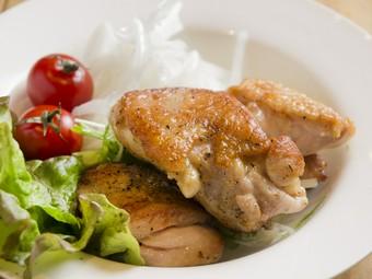 焼き鳥のほかにも、さまざまな人気鶏料理があります