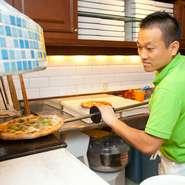 心掛けているのは、お客様の様子を観察して「すみません」と言われる前にサービスをすることです。また、いつも目の前でピッツァを焼いていますので、明るく元気よく料理と会話をするようにしています。