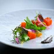 ランチ 花籠8品十お蕎麦・海鮮あられ丼 ¥2000 ディナータイムは メニュー内容をディナーバージョンへ変えて、前菜 サラダ 3ドリンク付きで¥3700