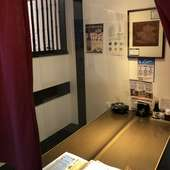 対面飛沫防止用透明パーテーション付きの半個室テーブル席あり