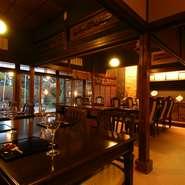 昭和の政治家・小林英三氏の私邸。その豪奢な佇まいをそのままに、料理屋へと生まれ変わったのが当店【二木屋】です。店内でも移ろう季節を感じていただけるよう、多くの室礼(しつらい)を取り入れております。