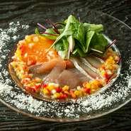 マグロ・サーモン・ブリ・タイなど、旬の鮮魚から3種類をピックアップ。南欧テイストのさっぱりとしたドレッシングが、魚の美味しさを引き立ててくれます。