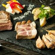 鶏・豚・牛それぞれで、毎日おすすめの部位をセレクト。ジューシーさと香ばしさをじっくり愉しめるよう、絶妙な火加減でロースト。塩と胡椒でシンプルにその味わいを楽しめます。
