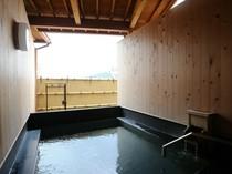 目の前に広がる自然を満喫できる、檜風呂