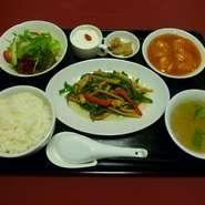牛肉細切りとピーマンの炒め、海老のチリソース、ライス、漬物、スープ、サラダ、杏仁豆腐