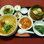 坦々麺、海老のチリソース、点心、サラダ、漬物、チマキチャーハン、スープ、杏仁豆腐