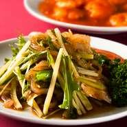 クラゲのコリコリした歯応えと野菜のシャキシャキした歯応えが楽しい一品です。