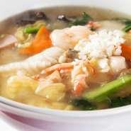 新鮮な海鮮や野菜をたっぷり入れています。あんがちょうどよいスープのとろみとなり、麺にからみます。