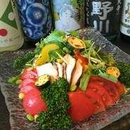 ボリュームたっぷり倉のサラダ、季節ごとの山形野菜をたくさん盛り込んでおります。