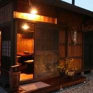 """石庭の中にある離れ""""楽味庵""""は飛騨の古民家の一部を移築したとても田舎時間が楽しめるお部屋です!5名様~13名様ぐらいまでのご利用が出来ます。一日一組の完全貸切も始めましたので詳しくはお問い合わせ下さい。"""