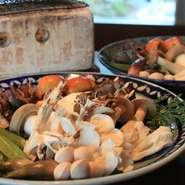 自然豊かな飛騨では豊富な種類の天然きのこが採れます!店主が調達調理するこだわりのきのこ料理を是非食べて下さい!秋の店主におまかせコース料理で楽しむ事が出来ます。※9月中旬~10月末位)