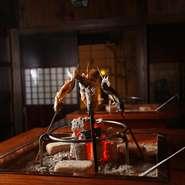"""飛騨古民家風離れ""""楽味庵""""を貸切で囲炉裏料理をおもてなしするとても贅沢で大満足のできるコースです。(4名様~12名様程度)■春~夏は山菜・川魚・飛騨牛■秋は天然きのこ・川魚・飛騨牛■冬はジビエ・飛騨牛"""