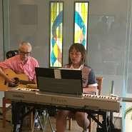 毎月第2水曜日開催の歌声サロンは、歌うことが好きな方が集まり、リクエスト曲を一緒に歌います。響きが良く、開放的な空間なので気持ち良く歌うことができます。歌本は当方で貸出。 ピアノ・ソングリーダー:小川一美 ギター・クラリネット:坂庭寛悟 日時  10月14日(水)       歌唱タイム 14:30~16:30 参加費 ランチ付  1,800円(税込)13:30~     デザート付 1,100円(税込)14:00~