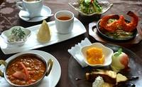 ・前菜プレート・サラダ・カリー(メニューから選べます)・ナン(メニューから選べます)・デザート・コーヒー
