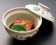 昔ながらの豚バラ肉の皮付きにこだわり  6時間かけて 炊き上げ 一晩鍋に入れたまま 味を含ませました。