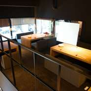 シックでお洒落な店内は落ち着いた雰囲気の心安らぐ空間です。厨房が見えるカウンター席・テーブル席・個室・小上がりのロフトと席の種類も豊富なので、様々なシチュエーションでご利用いただけます。