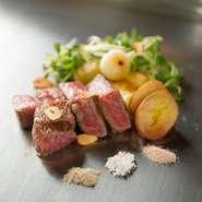 鹿児島の業者からその時一番美味しいとされる黒毛和牛を仕入れ。和牛本来の脂と肉のバランスが絶妙。