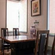 半個室になっているテーブル席は、お店の中でも一段と落ち着く空間です。ゆっくりくつろげる雰囲気の中、料理長が目と舌で確かめて仕入れた上質の肉を、ゆっくりと堪能できます。