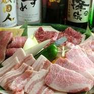 お肉の盛り合わせは、単品よりも、とってもお得! ご飯などが付くお得なセットもあります。