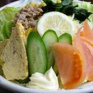 野菜たっぷりのサラダから、サンチュ、キムチまで、野菜がたっぷり取れるメニューが色々揃っています。