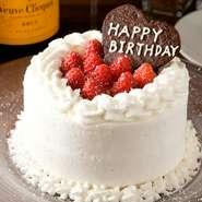 誕生日や記念日などのお祝いごとには欠かせないケーキ。【a tempo】 ではシェフが手づくりで生ケーキを提供します。二段ケーキも可能。特別な日の演出に、ぜひ利用してみてはいかがでしょうか。