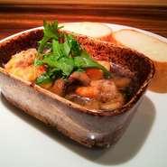 湯通しして下味をつけ、軽く燻した牡蠣のオリーブオイル漬け