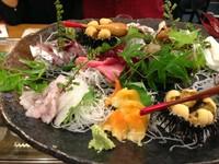獲れたて、新鮮な魚貝を彩り良く盛り合わせた一皿です。人数、予算に応じておつくりします。
