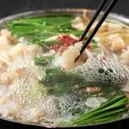 国産牛にこだわった秘伝博多もつ鍋。 上質な脂が溶け込んだ極上のスープは一度食べたら病みつきに。