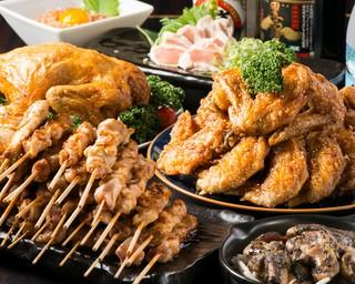 じっくり焼き上げた串焼きや手羽先唐揚げなど、絶品鶏料理多数