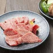 柔らかくてジューシー、肉の甘みが絶妙なのが【松角】 の上カルビです。