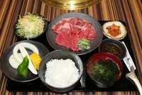 松角カルビ・ハラミ・焼き野菜・サラダ・キムチ・ご飯・スープ
