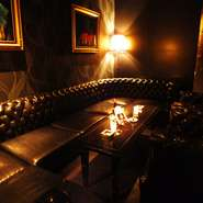 「センス良くシックに」をコンセプトにリッチグリーンを基調とした大人の空間。ゆったりと寛げるVIP個室は一日一組限定。