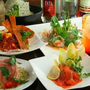 旬の野菜や魚介を使った「からだにおいしい」創作料理が楽しめるお店。彩り溢れる美しい盛りつけも魅力です。お酒も種類も豊富揃っており、食事をしっかり楽しんだ後もゆっくり楽しめます。