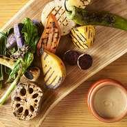 写真は旬の野菜の美味しさが際立つ『グリル野菜のバーニャカウダ』です