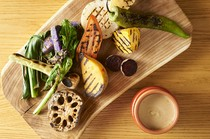 季節によって変わります。グリルした有機野菜のバーニャカウダ