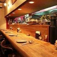 カウンター席は常連さんの特等席。一人でふらりと立ち寄り、オーナーとの会話や料理を楽しんでいます。