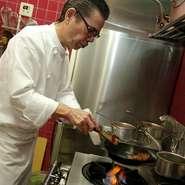 小学生の頃から料理番組が大好きで、お菓子職人の父とフレンチのシェフである兄を持つ関口康史さん。24歳から本格的に料理の道へ進み、中華、和食、ステーキハウスを修業を積んで洋食の料理人として独立し、20年ほどになります。「お客様に満足してもらうこと」、「日本人に合う料理をつくる」をポリシーとし、著名人の舌を唸らせた親方の教えを心に、手間ひまを惜しまず、常に明日を考えた料理をつくっています。