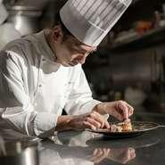店内に1歩足を踏み入れると、まず目を引くのが開放感あふれる窓越しの神戸港のオーシャンビュー。東側に見える神戸ポートタワーは夕映えや夜のライトアップで浮かび上がり、ハーバーランドの夜景が一望できます。