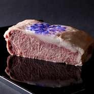ご家族お揃いでの記念日のお食事や、内輪のパーティー、ビジネスミーティングなどに最適な4名様から14名様までご利用いただけるプライベート・ダイニングルームをご用意しております。